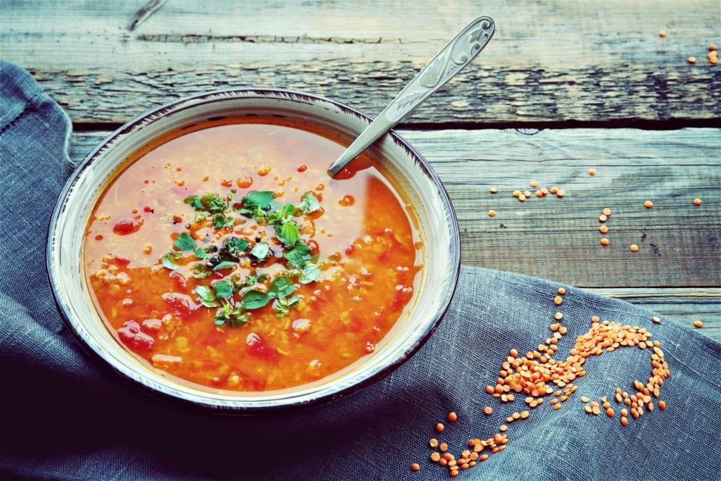 Unser Rezept für eine wärmende und feurige rote Kokos-Linsensuppe aus der Miomente-Küche | Miomente Entdeckermagazin
