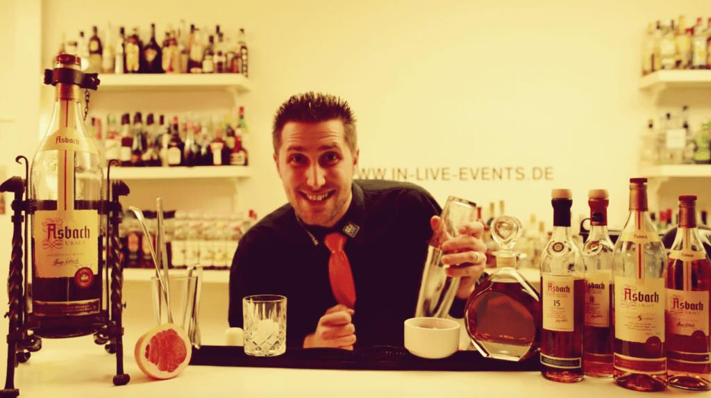 Zwei leckere Cocktail-Rezepte zum Nachmixen von unserem Cocktail-Partner Markus Kern von der IN-LIVE Cocktailschule in Frankfurt: Rezept für Brandy Punch und die feurige Dame | Miomente Entdeckermagazin