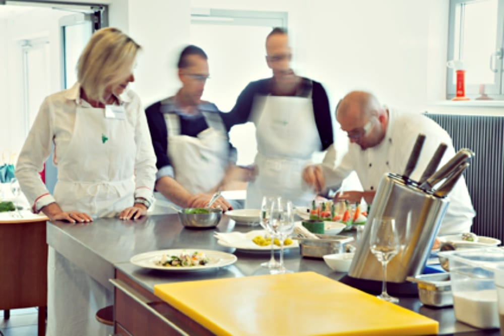 Vielfältige und kreative Kochkurse bei Koch Henry Oskar Fried in der Kochschule des Hotels Traube Tonbach in Freiburg   Miomente Entdeckermagazin