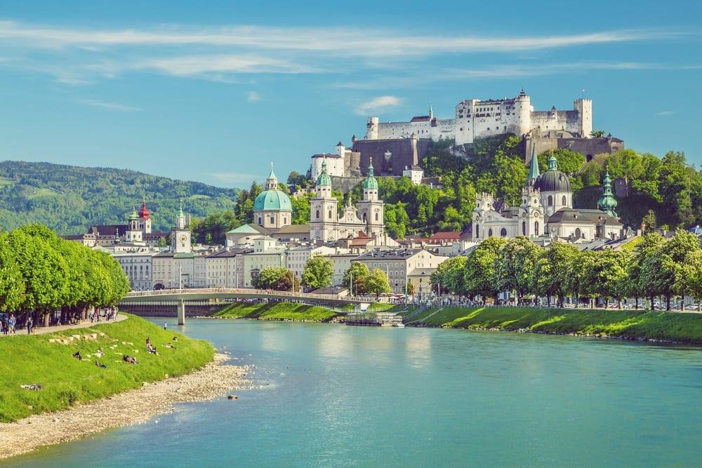 Blick auf die Stadt Salzburg von Lehener Brücke – Kulinarischer Reiseführer Salzburg | Miomente Entdeckermagazin