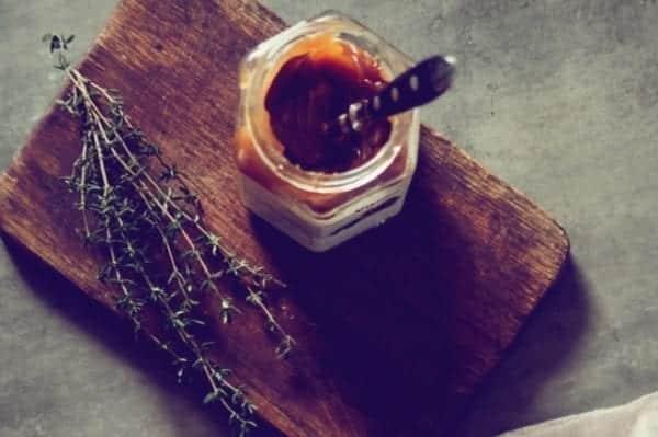 Apfelkuchen mit Karamellsoße und Thymian-Rezept - Entdeckermagazin - Miomente