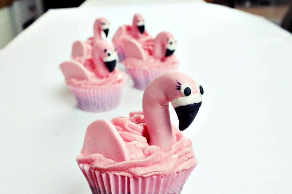 Rezeptvideo für pinke Flamingo-Cupcakes von Miomente-Partnerin Stephanie Juliette Rinner - Mein Keksdesign München | Miomente Entdeckermagazin