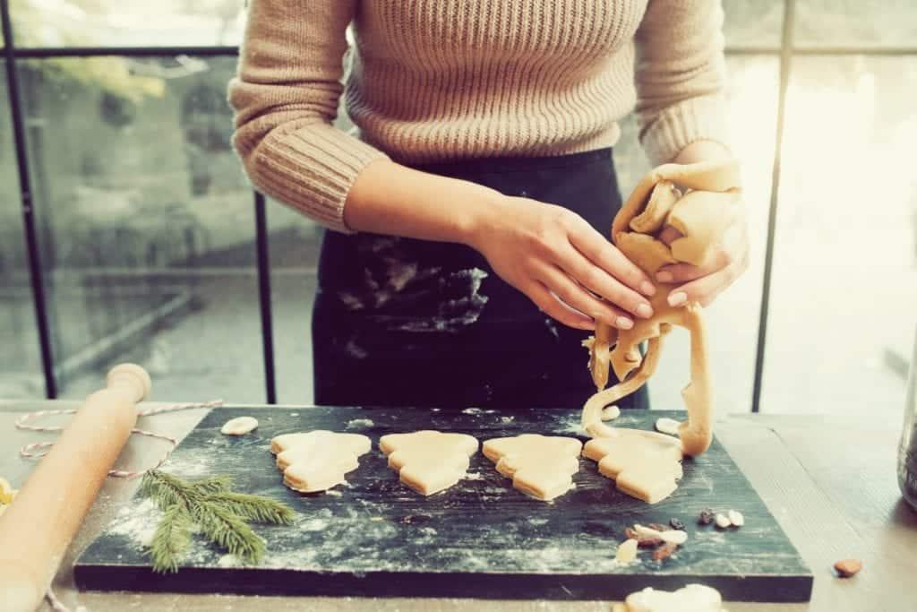Weihnachts-Desserts - Frau beim Backen - Entdeckermagazin Miomente