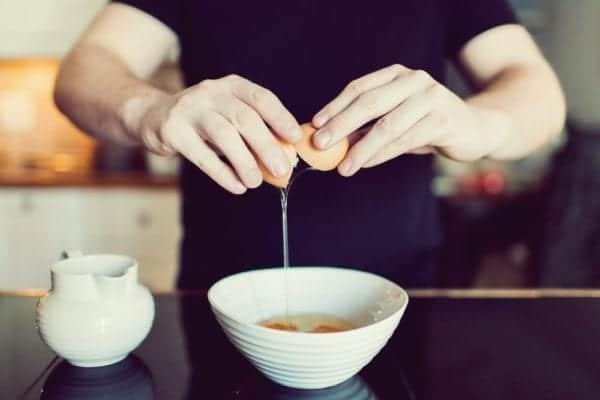 Wie mache ich Rührei - Eier stocken lassen - Entdeckermagazin - Miomente