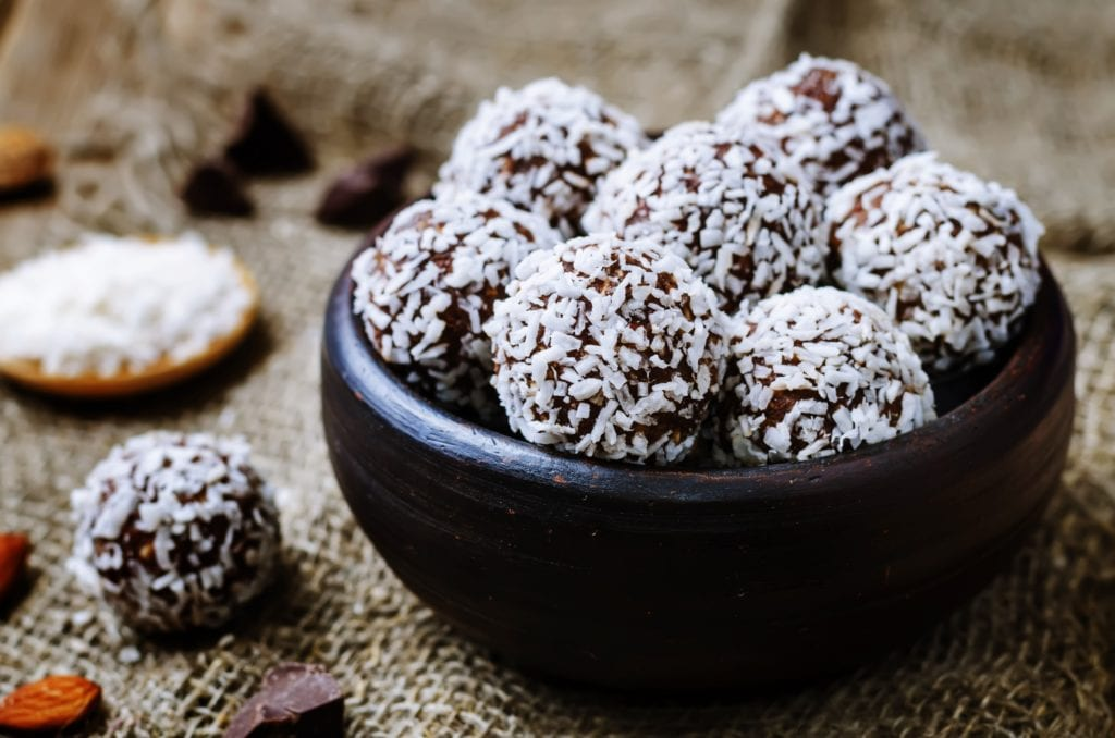 Rezept für gesunde Energy Balls mit Datteln, Cashewnüssen, Haferflocken und Kokosraspeln –Rezept für Clean Eating oder Paleo | Miomente Entdeckermagazin