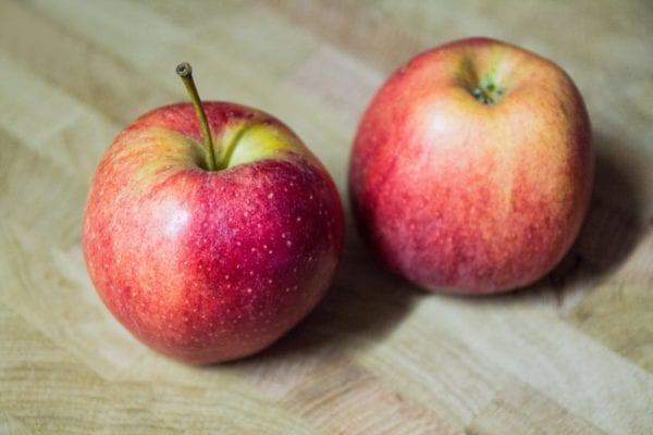 Rezept für Apfelrosen: die roten Äpfel nicht schälen - Entdeckermagazin - Miomente
