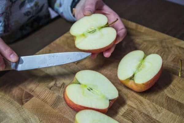 Rezept für Apfelrosen: 2 rote Äpfel halbieren - Entdeckermagazin - Miomente
