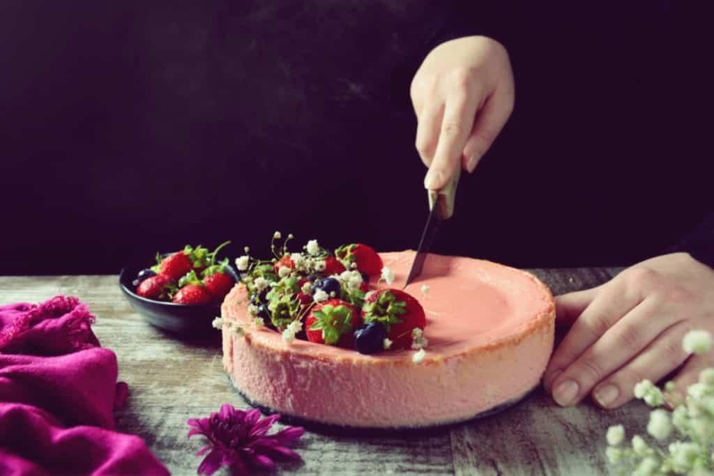 Wir backen im Frühling Käsekuchen mit Erdbeeren - Entdeckermagazin - Miomente