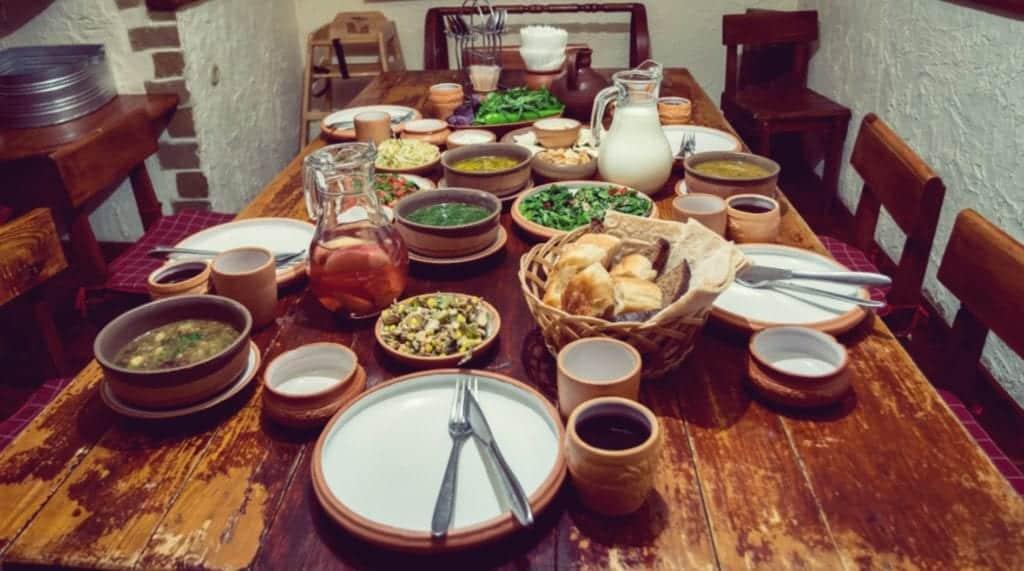 Fragst du dich, wie man Georgien isst? An einer reich gedeckten Tafel mit vielen frischen Speisen! - Entdeckermagazin - Miomente