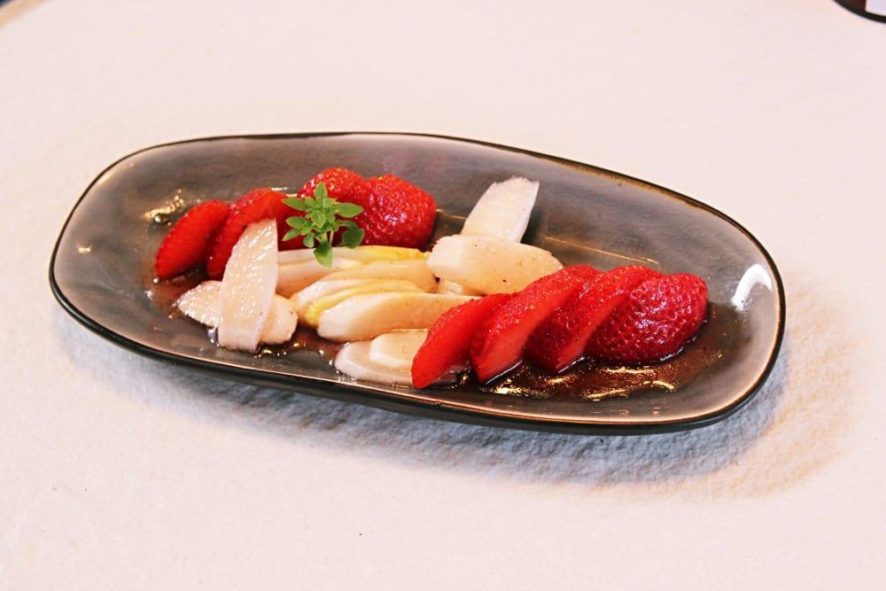 Rezept für Erdbeer-Spargel-Salat mit Vanille-Vinaigrette von Koch Markus Kieslich - Kochkurse in Wolfratshausen, München | Miomente Entdeckermagazin