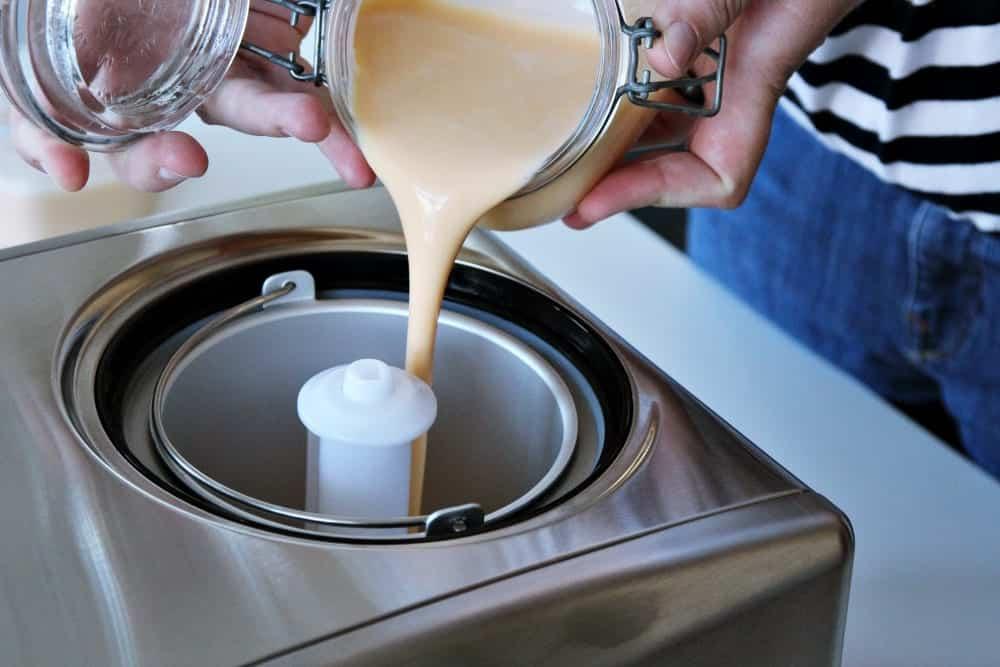 Eis selber machen: Eisbasis in die Eismaschine geben - Entdeckermagazin Miomente