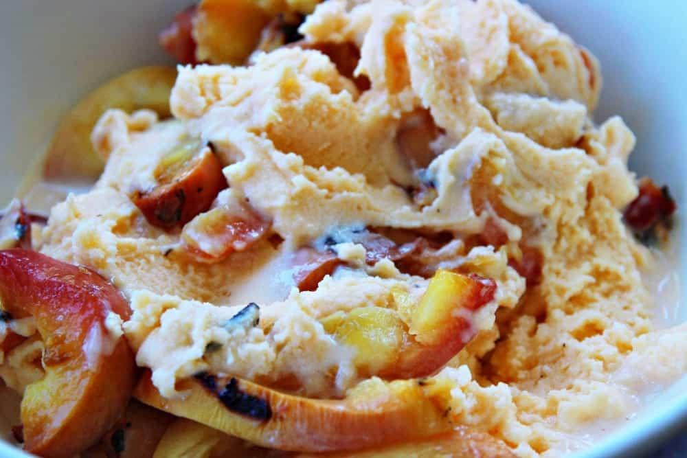 Eis selber machen: Mandeleis mit Karamell-Fudge - Entdeckermagazin Miomente