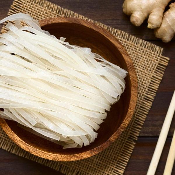 Typische Reisnudeln für Pho Bo