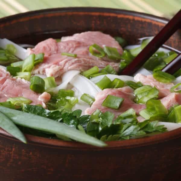 Pho Bo - rohes Rinderfilet und Brühe aus Markknochen