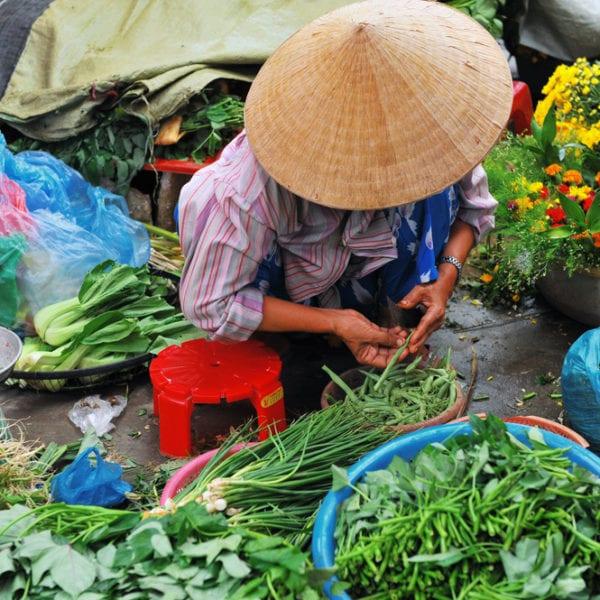 Straßenmarkt in Hanoi mit frischen Kräutern