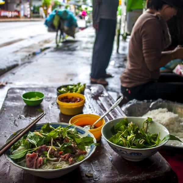 Vietnamesische Garküche mit Streetfood