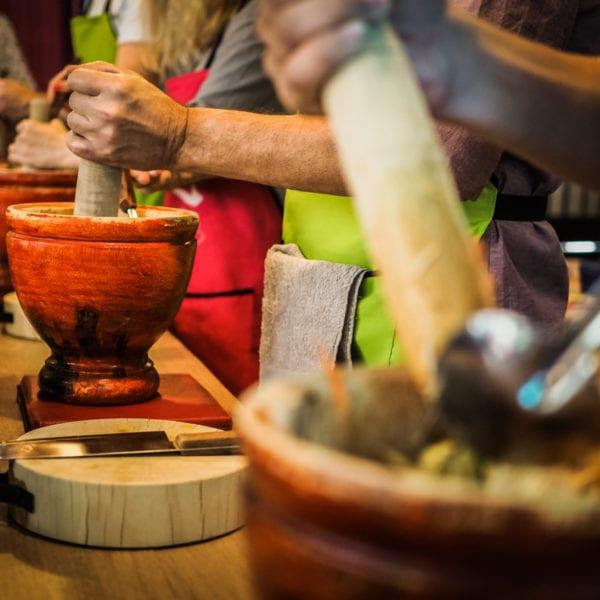 Traditionell wird der Original-Papayasalat in einem großen Tonmörser gestampft