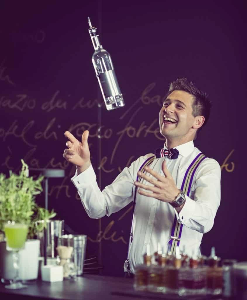 "Bar-Manager Roman Kern aus Sophia's Bar im ""The Charles"" Hotel beim Shaken | Entdeckermagazin Miomente"