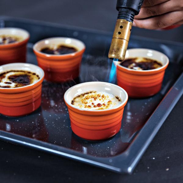 Rezept-Video: Crème brûlée selber machen! Zuckerschicht mit Bunsenbrenner karamellisieren | Entdeckermagazin Miomente