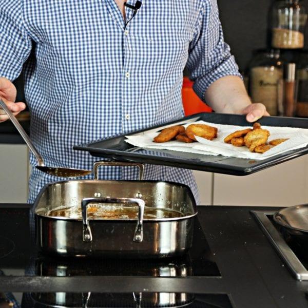 Rezept-Video für Kartoffelschnitzel - Julian Kutos frittiert Kartoffelschnitzel | Entdeckermagazin Miomente