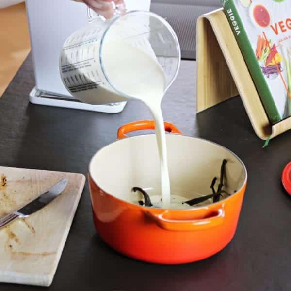 Rezept-Video: Crème brûlée selber machen – Sahne mit Vanille aufkochen | Entdeckermagazin Miomente