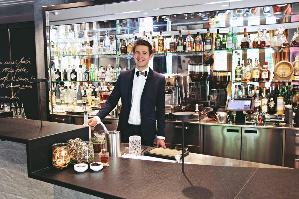 Bar-Manager Roman Kern bei der Arbeit in Sophia's Bar im The Charles Hotel München | Entdeckermagazin Miomente