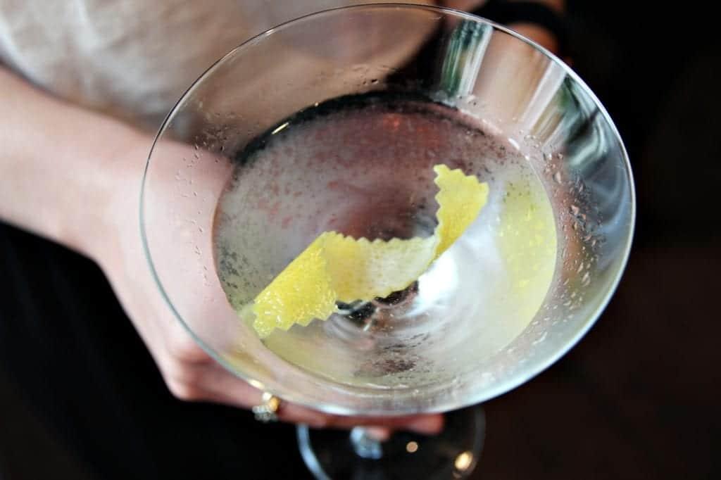 """Cocktail-Rezept für einen Wodka Martini von Bar-Manager Roman Kern aus Sophia's Bar im """"The Charles Hotel"""" exklusiv fürs Entdeckermagazin von Miomente"""