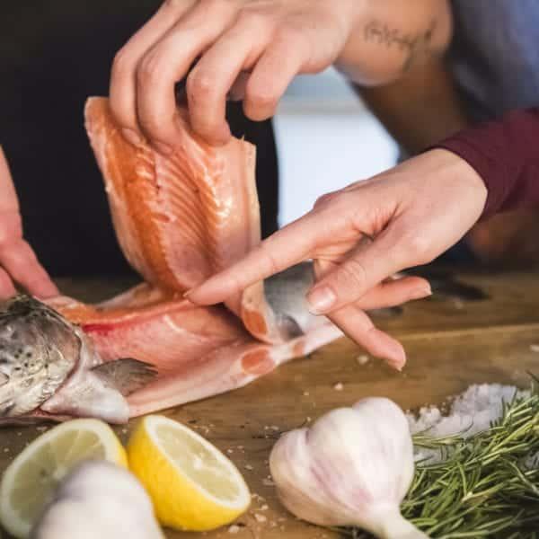 Fisch filetieren mit Valentin Vögele und Markus Kieslich   Entdeckermagazin Miomente