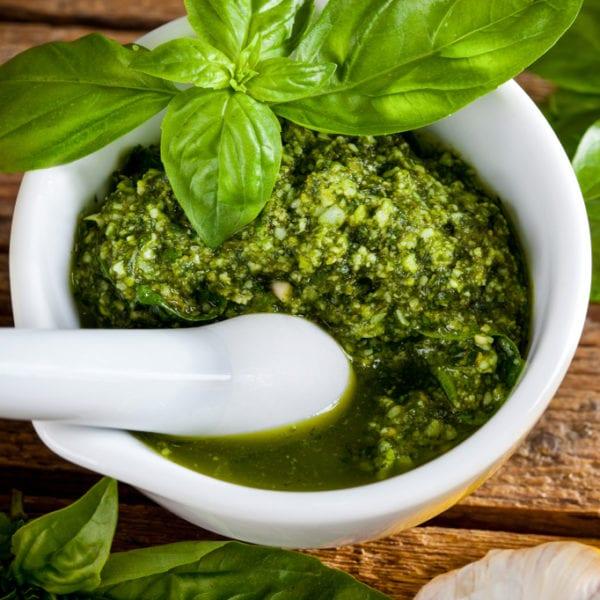 Pesto wird im Mörser zubereitet