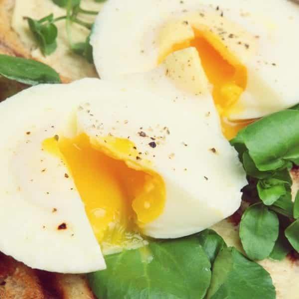 Wie pochiere ich ein Ei? Eine Schritt für Schritt-Anleitung - pochiertes Ei auf Brot   Entdeckermagazin Miomente