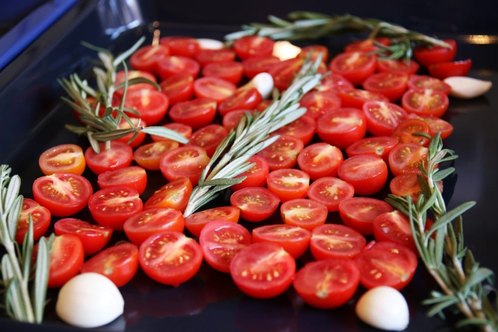 Was ist confieren? Für die confierten Tomaten verwendet Gode Datteltomaten, Rosmarin, viel Öl und Knoblauch | Entdeckermagazin Miomente