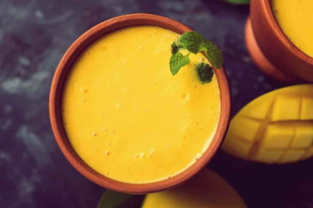 Rezept für einen Mango-Lassi | Mango im Tonbecher | Entdeckermagazin Miomente