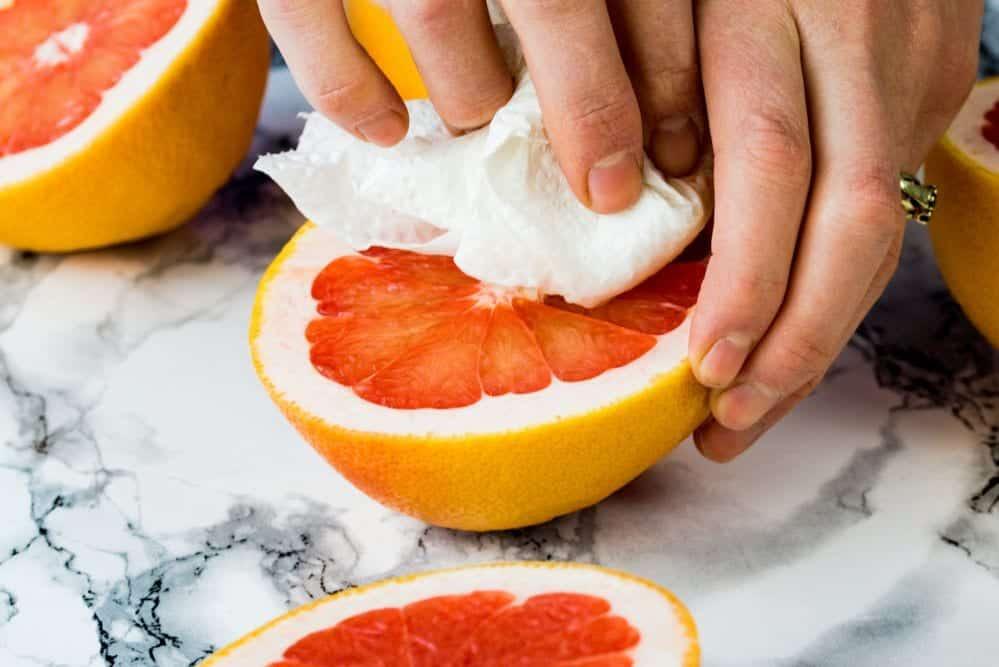 Grapefruit mit einem Küchentuch abtupfen. Rezept-Video im Entdeckermagazin Miomente