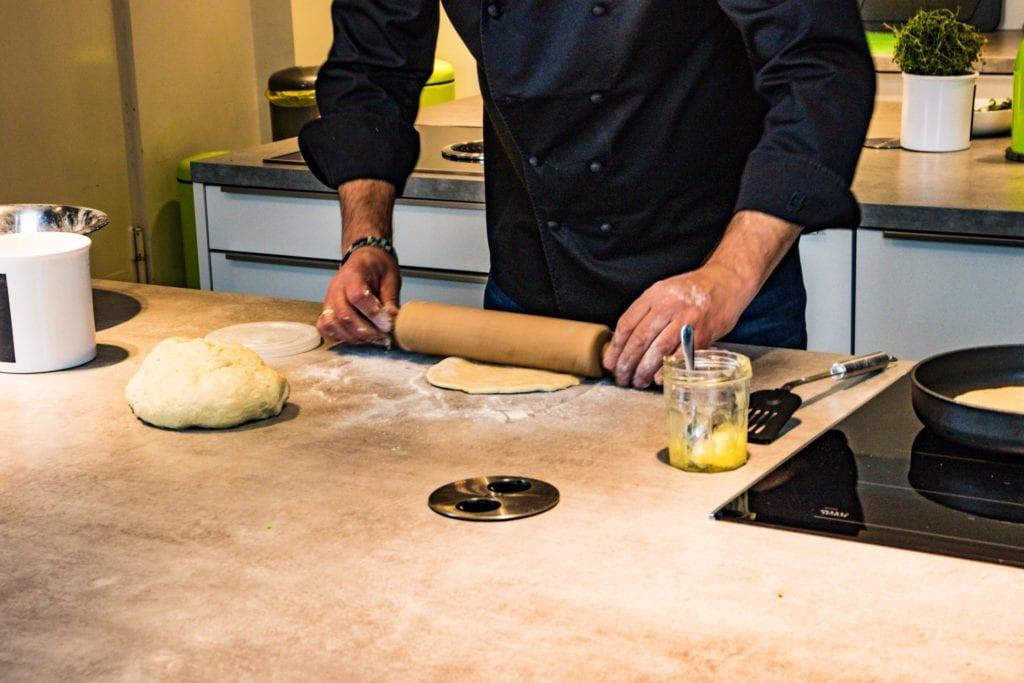 Koch Volker Dittmer macht Naan-Brot fürs Entdeckermagazin von Momente