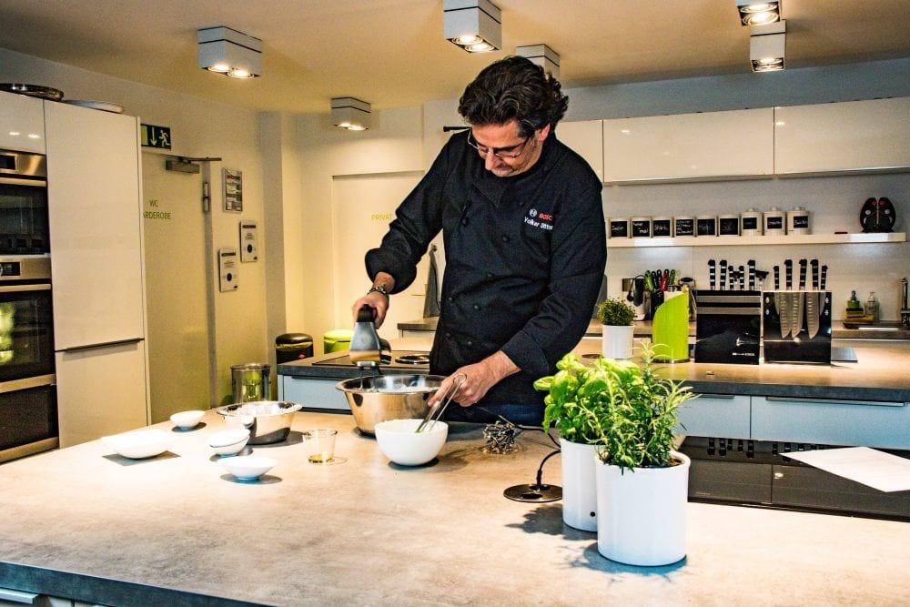 Koch Volker Dittmer zeigt dir, wie du Naan-Brot machst   Entdeckermagazin von Momente