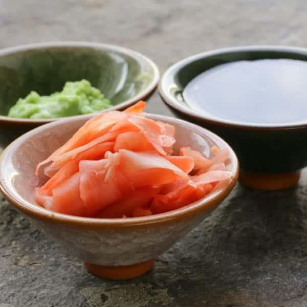 Sojasauce, Wasabi und eingelegter Ingwer - die 3 Beilagen zu Sushi
