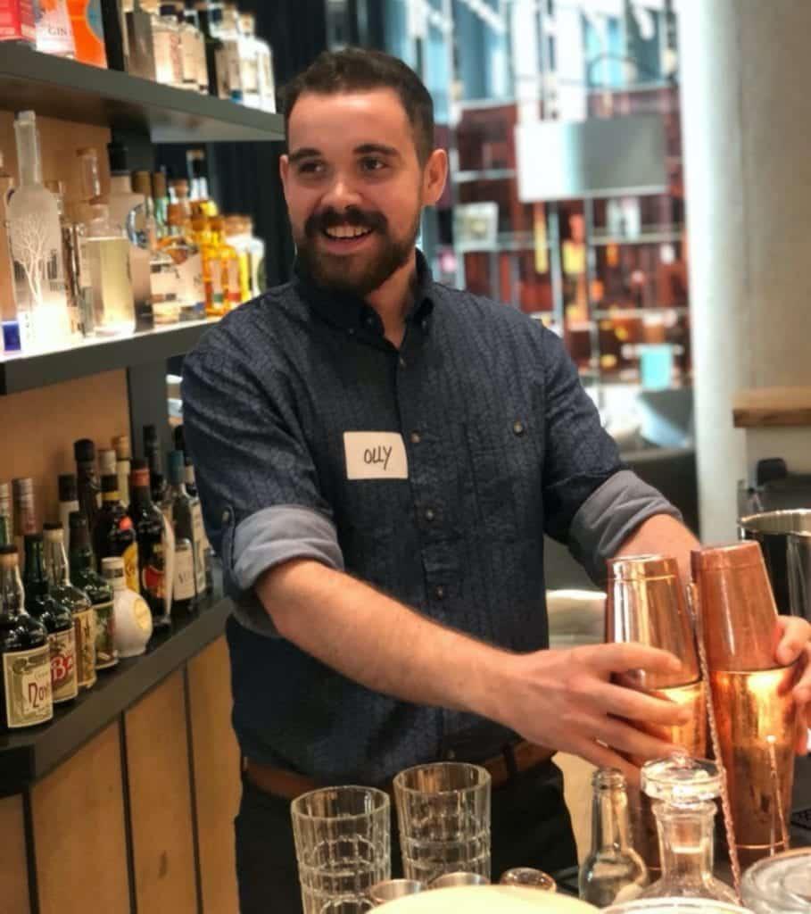 Bartender Olly Masion beim Cocktailmixen