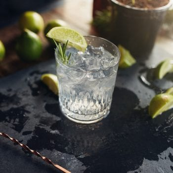 Bartender Olly Masion mit Gin Tonic