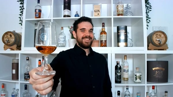 Bartender Olly Masion mit Whisky