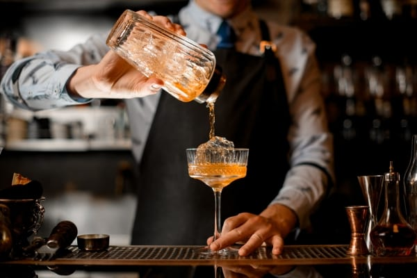 Bartender Olly Masion liebt das Mixen!