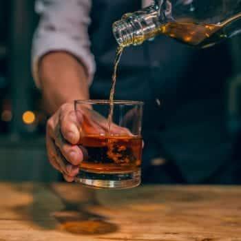 Bartender Olly Masion mit Single Malt