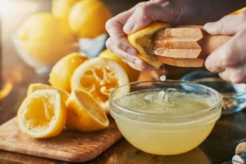 Bartender Olly Masion presst Zitrone aus