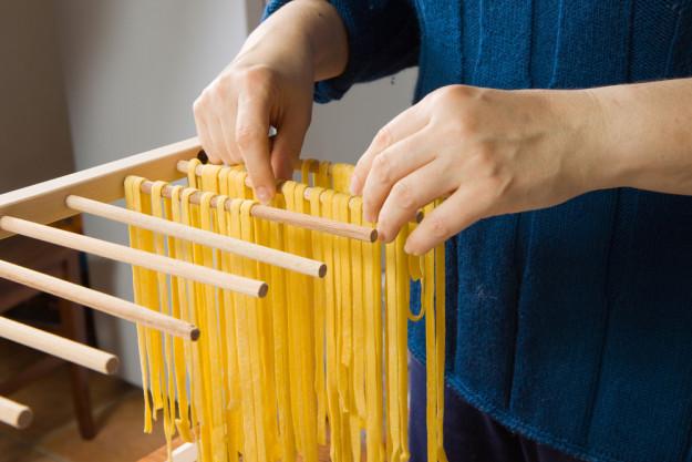 Pasta-Kochkurs Köln – Tagliatelle aufhängen