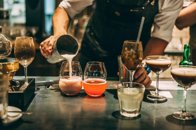 Cocktailkurs Köln –  Barkeeper mixt