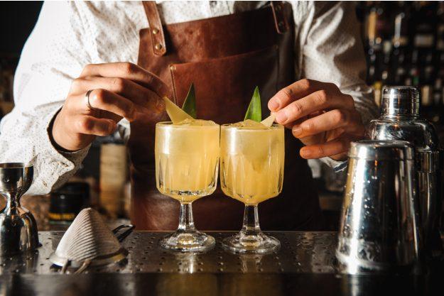 Cocktailkurs Köln – Bartender garniert Cocktails