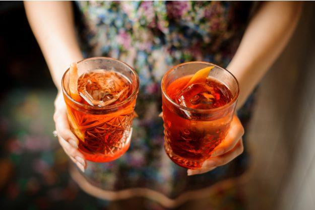 Cocktailkurs Köln – Frau serviert Cocktails