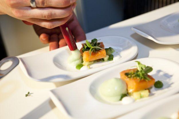 Firmenfeier mit Küchenparty in Köln - Teller Anrichten