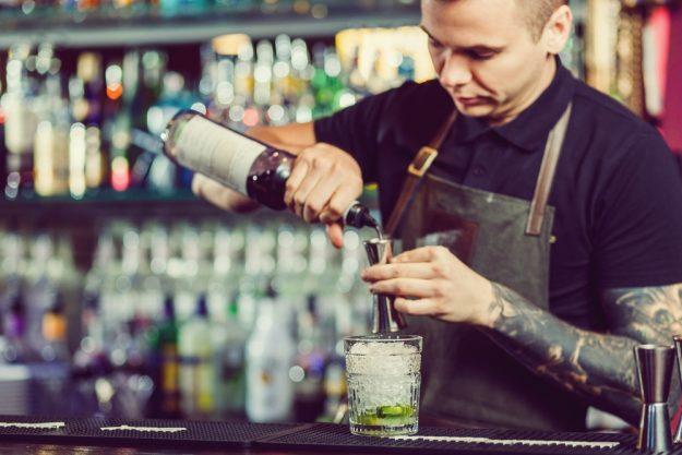 Gin-Tasting Köln –Barkeeper mixt Gin Tonic