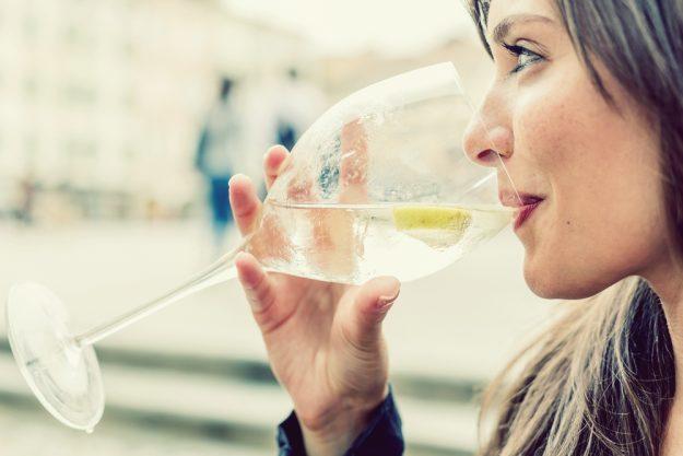 Schick Belgique – Frau trinkt genüsslich ein Glas Wein