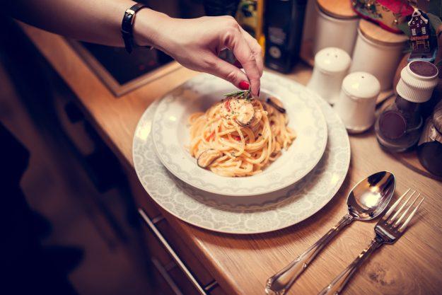 Pasta-Kochkurs Köln – Pastagericht garnieren